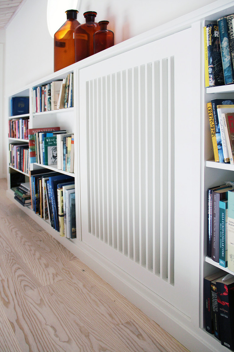 Platsbyggd bokhylla med elementskydd Snickeribyrån