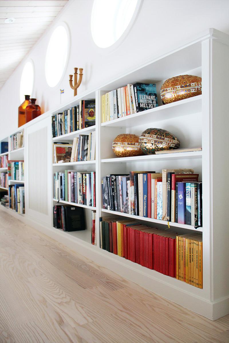 Platsbyggd bokhylla med elementskydd